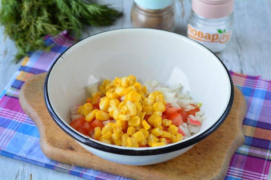 Всыпьте в миску яйца, крабовые палочки, помидоры и лук, добавьте консервированную кукурузу.