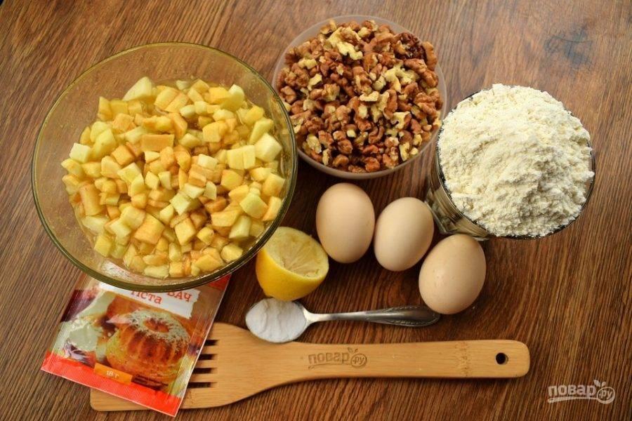 Духовку включите разогреваться на 180 °C. Подготовьте остальные продукты. Очищенные грецкие орехи прокалите 2 минуты на сухой сковороде, измельчите в крупную крошку.