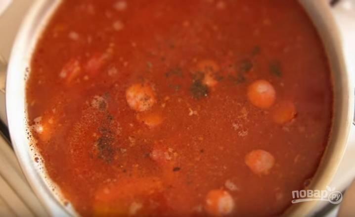 6. Зажарку отправьте в бульон, туда же — мясо, колбасу, ветчину и сосиски. Посолите, добавьте черного перца и варите 10 минут. Накройте крышкой и дайте настояться 15 минут.