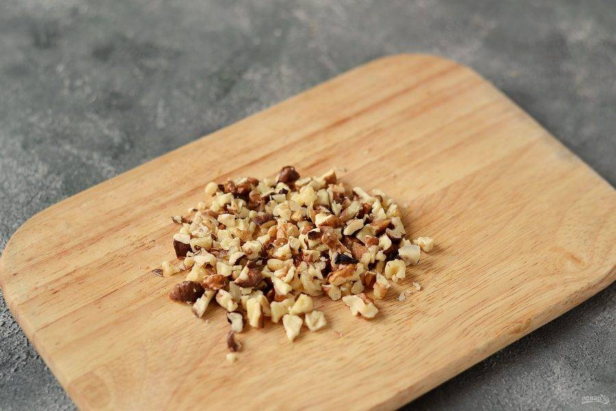Грецкие орехи мелко порубите.
