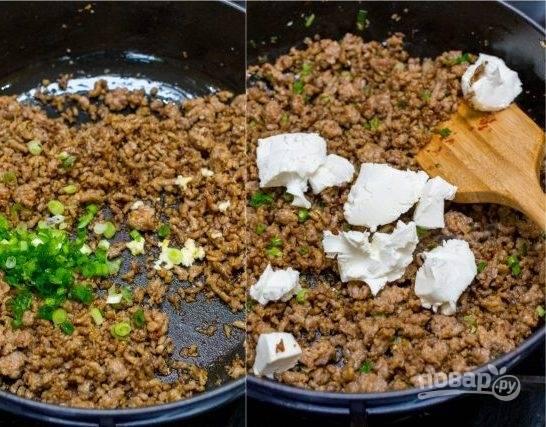 4. Затем добавьте сливочный сыр , жарьте при постоянном помешивании.