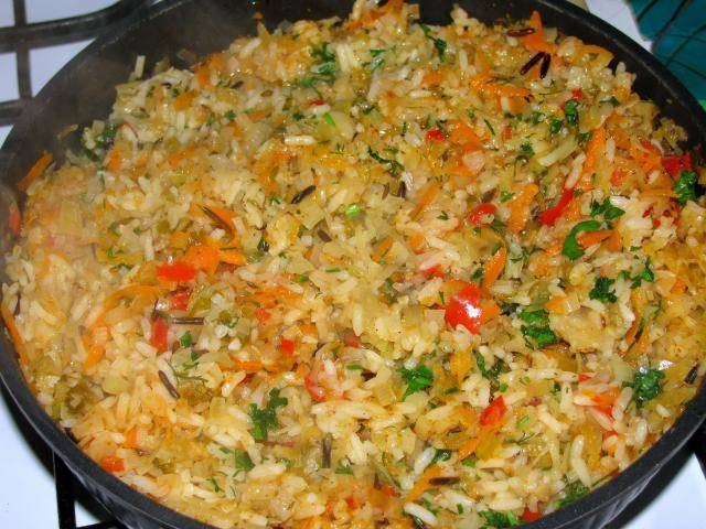 Добавляем соль и специи по вкусу, накрываем сковороду крышкой и тушим бигус на медленном огне 25-30 минут. Готовое блюдо посыпаем свежей зеленью и подаем к столу, приятного всем аппетита.