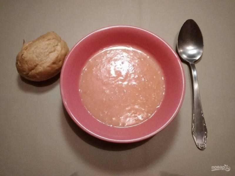 7. В конце взбейте блендером вместе помидорную зажарку и картофельное пюре, вливая воду до необходимой консистенции. Также добавьте соль и перец по вкусу. Суп готов! Приятного аппетита!
