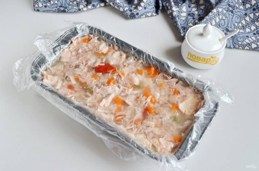 Разведите в горячем бульоне желатин или агар, залейте террин. Отправьте в холодильник на 5-6 часов, а лучше на ночь.