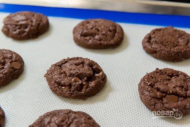 Из теста сформируйте печеньки одинакового размера. Выложите на противень. Отправьте изделия в духовку на 13-15 минут при 160 градусах.