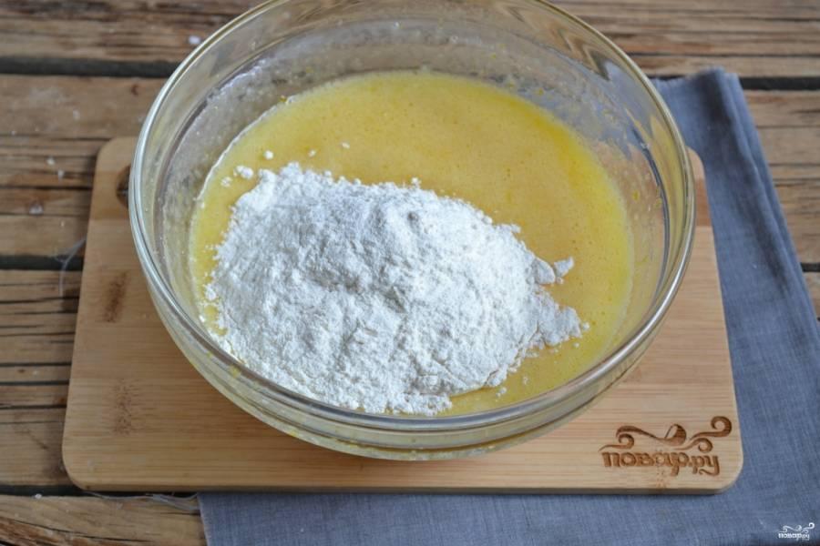 Разрыхлитель смешайте с мукой и введите в тесто. Хорошо замесите тесто ложкой или ручным венчиком.