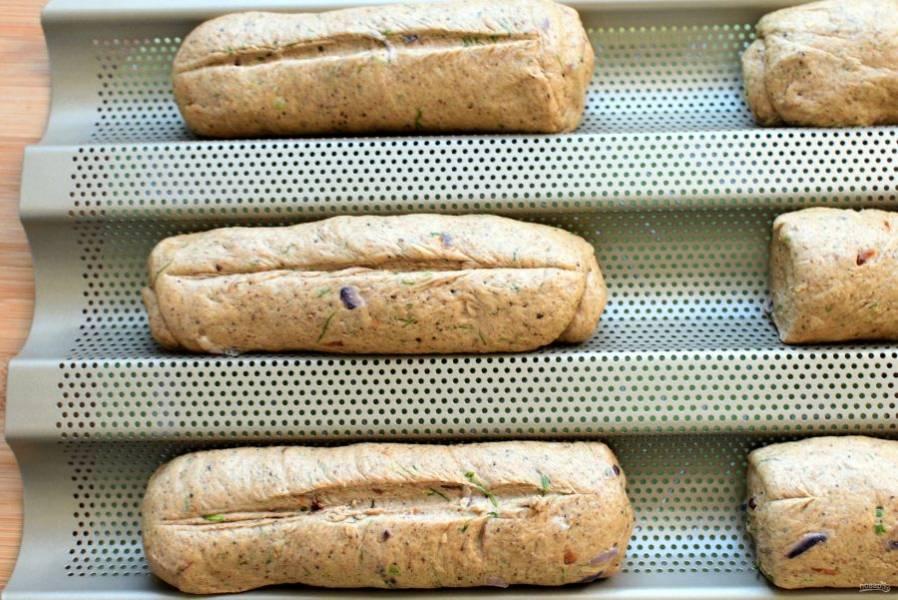 Выложите багеты в форму или на лист, сделайте продольный надрез и дайте подойти еще минут 15.