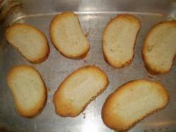 Хлеб поджарьте в духовке до золотистого цвета.