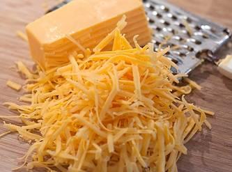 Потрите сыр на терке.