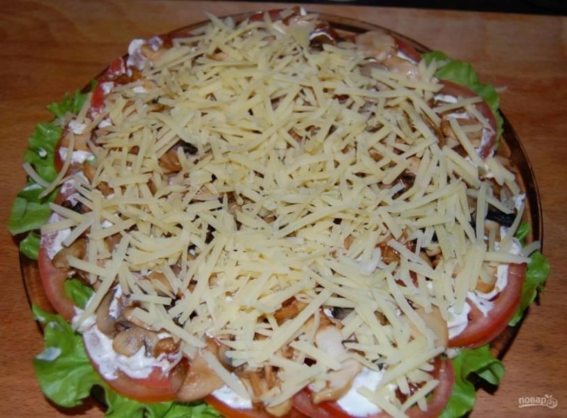 7.Сыр твердый натираю на крупной терке, посыпаю его поверх грибов.