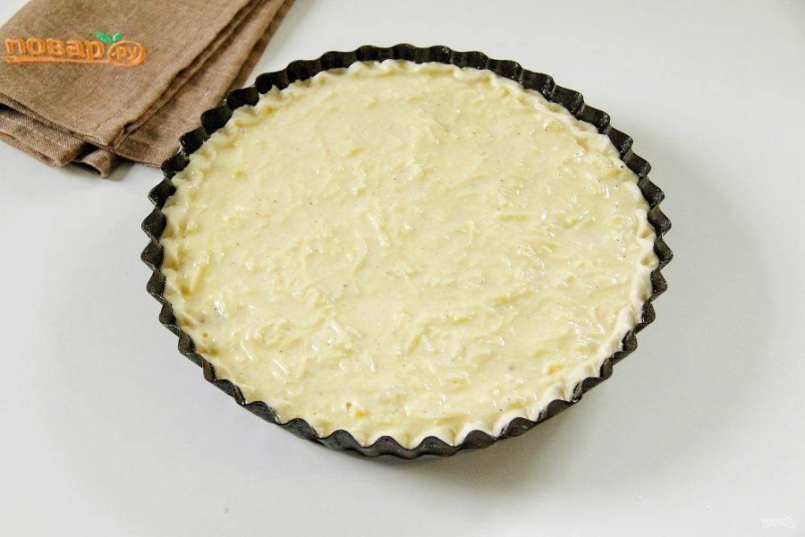 Смешайте оставшиеся яйца, сливки, сметану, соль и мускатный орех. Добавьте тертый сыр, перемешайте и залейте получившейся массой начинку. Выпекайте пирог при 180 градусах около 30 минут.
