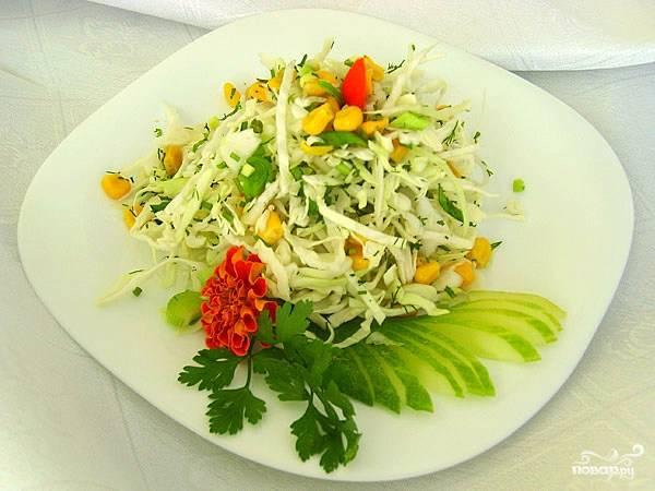 Заправить салат, перемешать и убрать в холодильник на 10-15 минут. После этого можно есть!:)