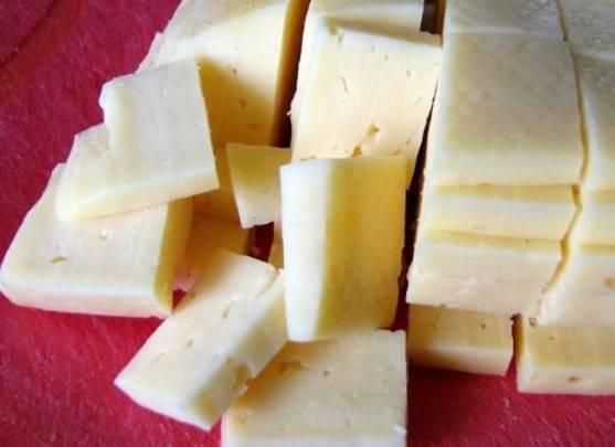 Сыр режем пластинами квадратной формы или натираем на терке.