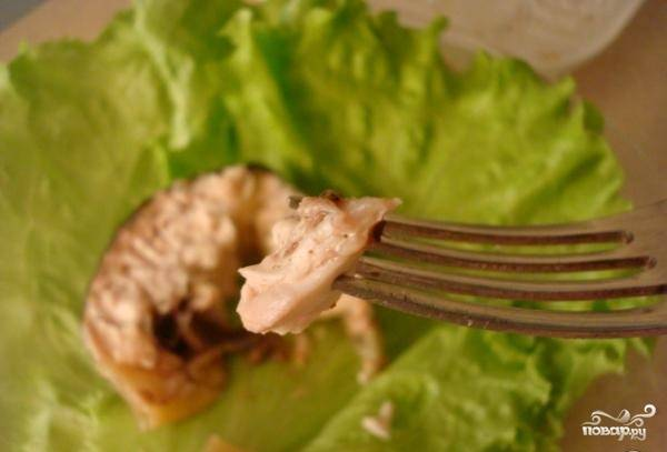 4.Готовую рыбку горячей разрезаем на кусочки, подаем на салатном листе. Приятного аппетита!
