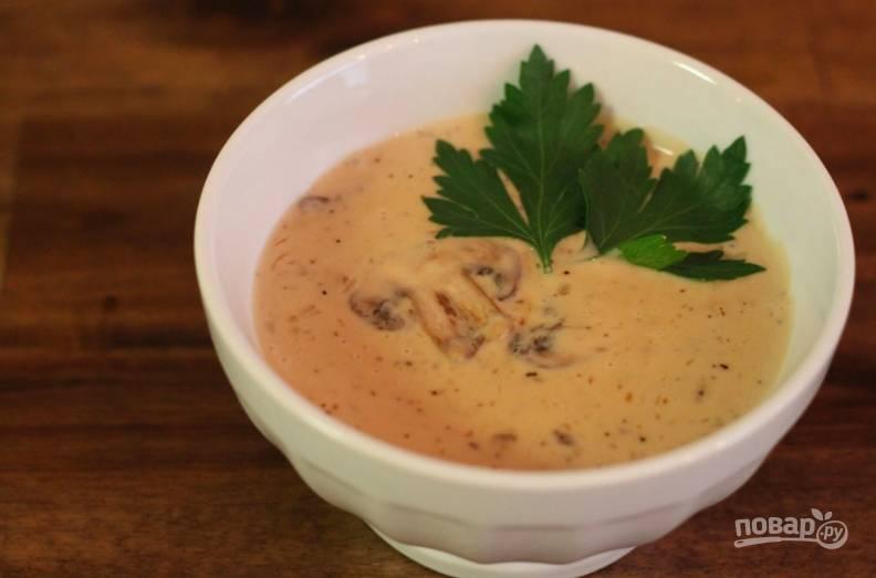 Затем влейте сливки, посолите и поперчите суп, перебейте его блендером. По вкусу добавьте чуточку мускатного ореха. Все готово!