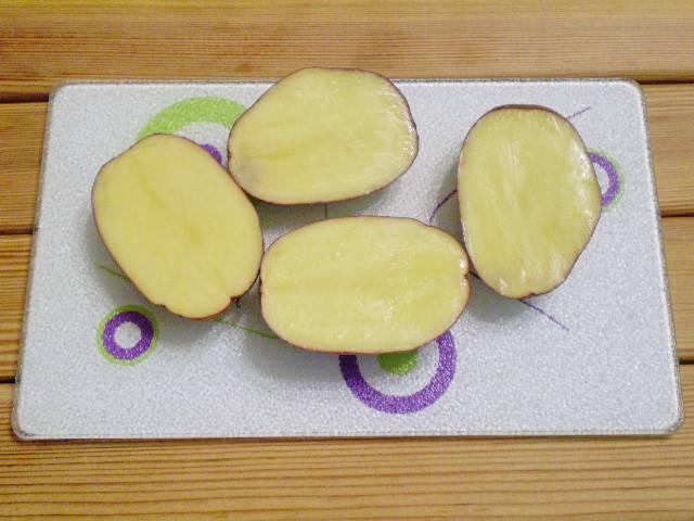 2. Картофель можно взять как мелкий, так и крупный, главное форма. Подберите примерно одинаковой овальной формы картофелины.