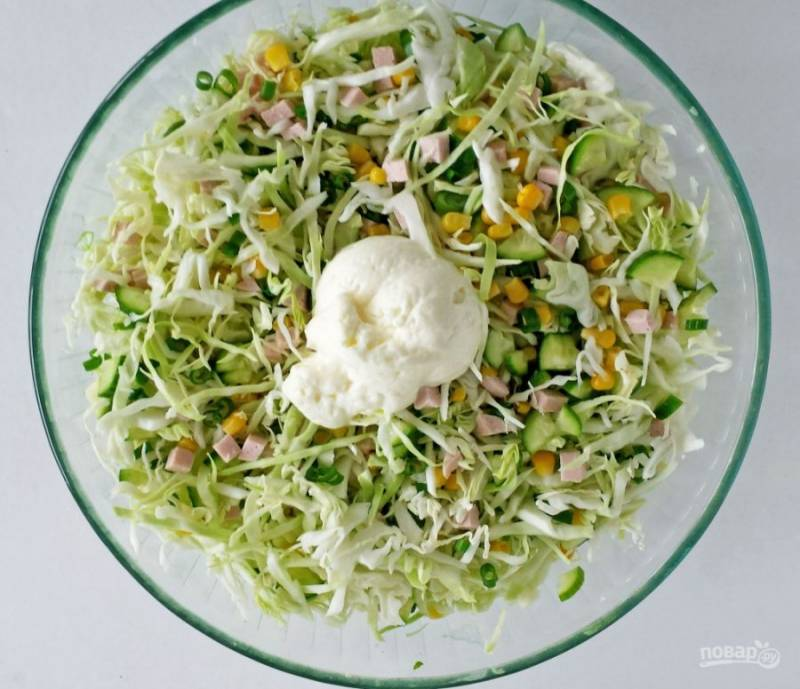 3.Заправляю салат майонезом и снова перемешиваю. Настаиваю 10-15 минут, а затем подаю. Приятного аппетита!