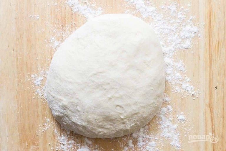 5.Выложите тесто на стол, замесите его вручную, накройте тесто полотенцем и оставьте на 1 час.
