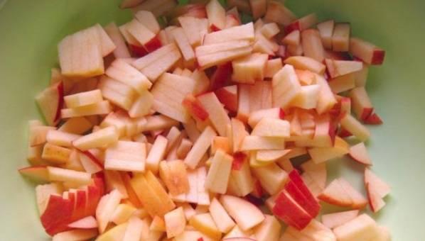 Тем временем помойте и порежьте яблоки дольками, удалив сердцевину.