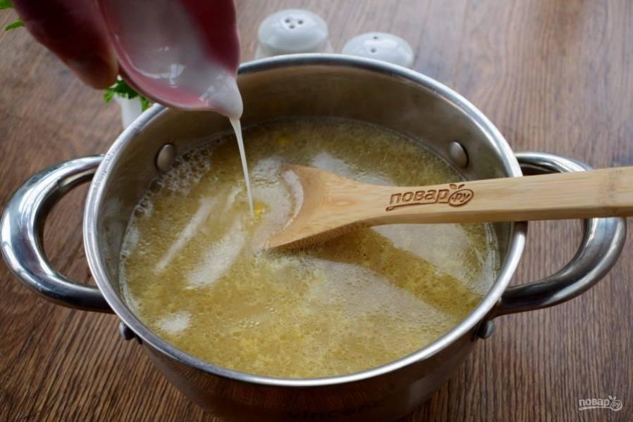 Крахмал разведите в столовой ложке холодной воды, влейте в бульон. Посолите и поперчите по вкусу. Готовьте 5 минут.