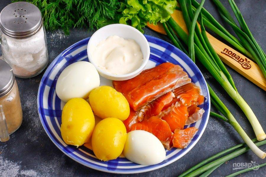 Подготовьте указанные ингредиенты. Картофель и куриные яйца отварите заранее, остудите и очистите от кожуры и скорлупы. Сорт картофеля роли не играет.