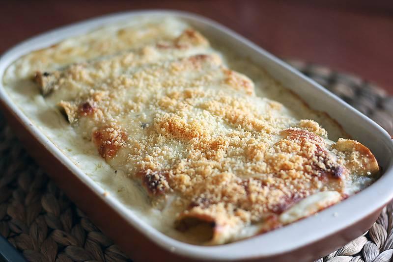 7. Готовое блюдо можно подавать к столу с овощами или со свежей зеленью. Приятного аппетита!