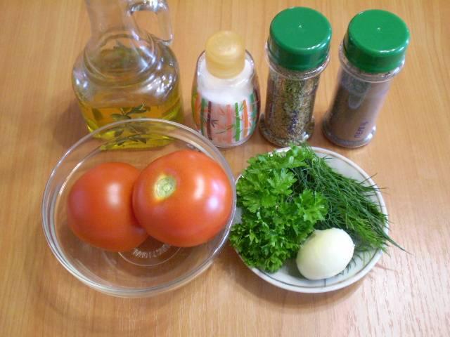 1. Приготовим продукты для салата. Лук очищаем и моем помидоры. Зелень тщательно сполоснуть.