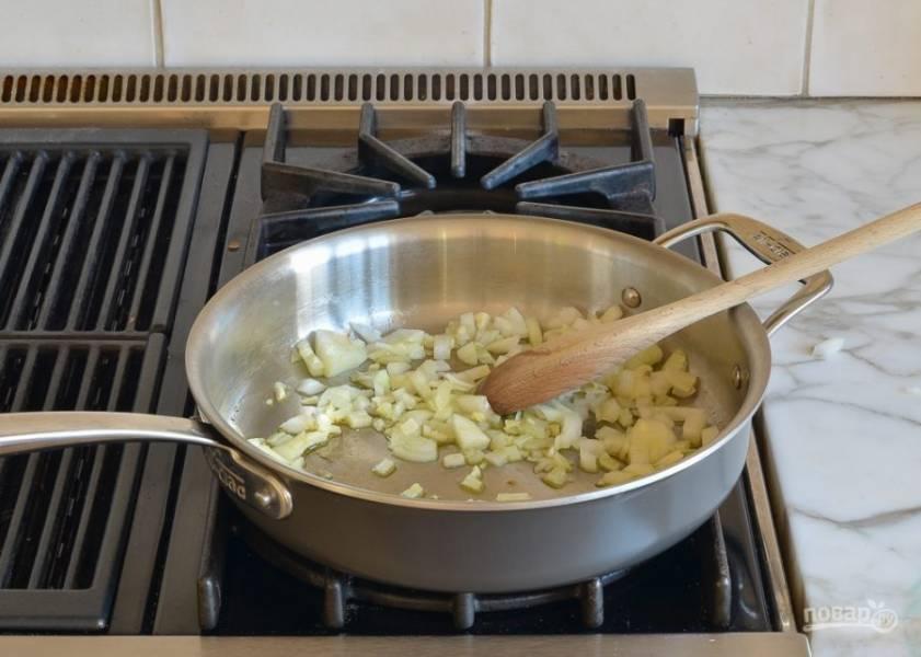 1. На большой сковороде разогрейте масло. Обжарьте в нём нарезанный лук и чеснок в течение минуты.