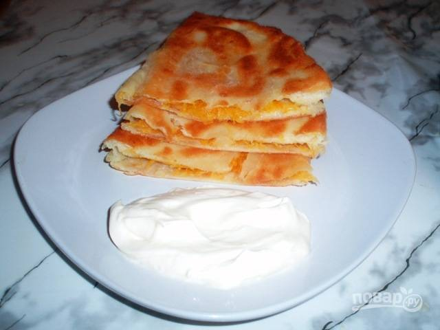7. Подавать их можно в горячем или холодном виде. По такому принципу плацинды могут быть с разной начинкой. Например, с мясом или сыром.