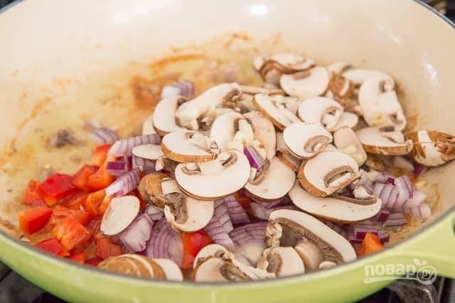 После этого уберите курицу из сковороды, а вместо неё добавьте нашинкованные ингредиенты. Готовьте их в течение 10 минут.