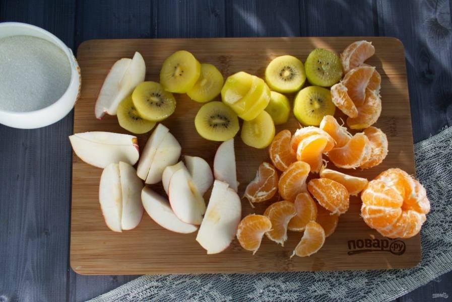 Яблоко вымойте, нарежьте на ломтики, удалите сердцевину. Киви очистите, нарежьте ломтиками, мандарины разберите на дольки.