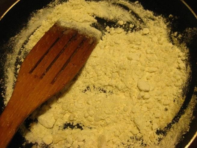 Для соуса нам необходимо высыпать на сковороду муку и немного поджарить ее, буквально 2-3 минутки.
