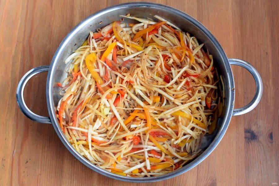 Добавьте редьку, перемешайте и прогрейте 30-40 секунд. Влейте соевый соус и грейте еще полминуты.