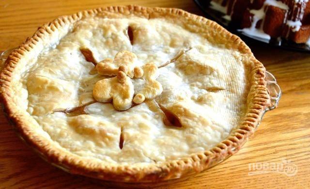Выпекайте пирог в разогретой до 190 градусов духовке на протяжении 15 минут. Затем уменьшите температуру духовки до 160 градусов и выпекайте пирог ещё 25-30 минут. Приятного аппетита!