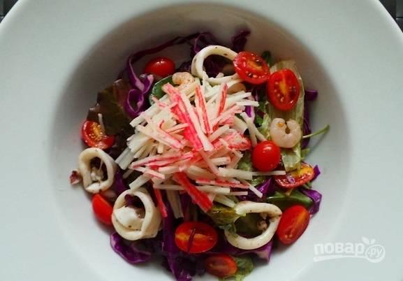 6. Перед подачей в тарелку добавьте крабовые палочки. Приятного аппетита!
