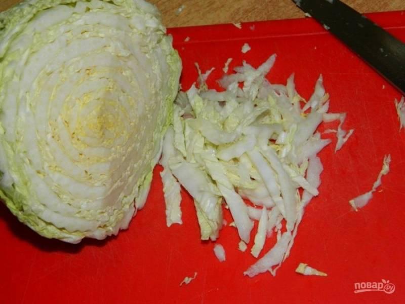 Пекинскую капусту нарежьте и выложите в салатник.