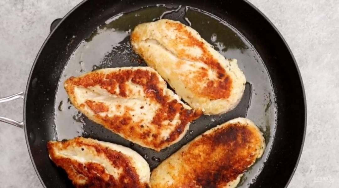 Обжарьте курицу до золотистого цвета, около 4-5 минут на каждую сторону.