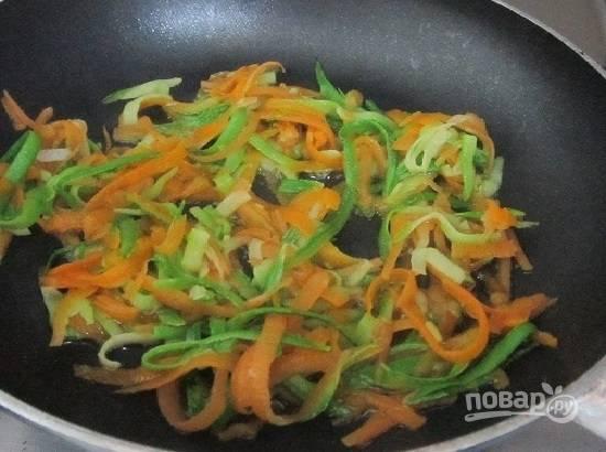 Остывшие овощи обжариваем на хорошо разогретом растительном масле минуты 1.5-2.