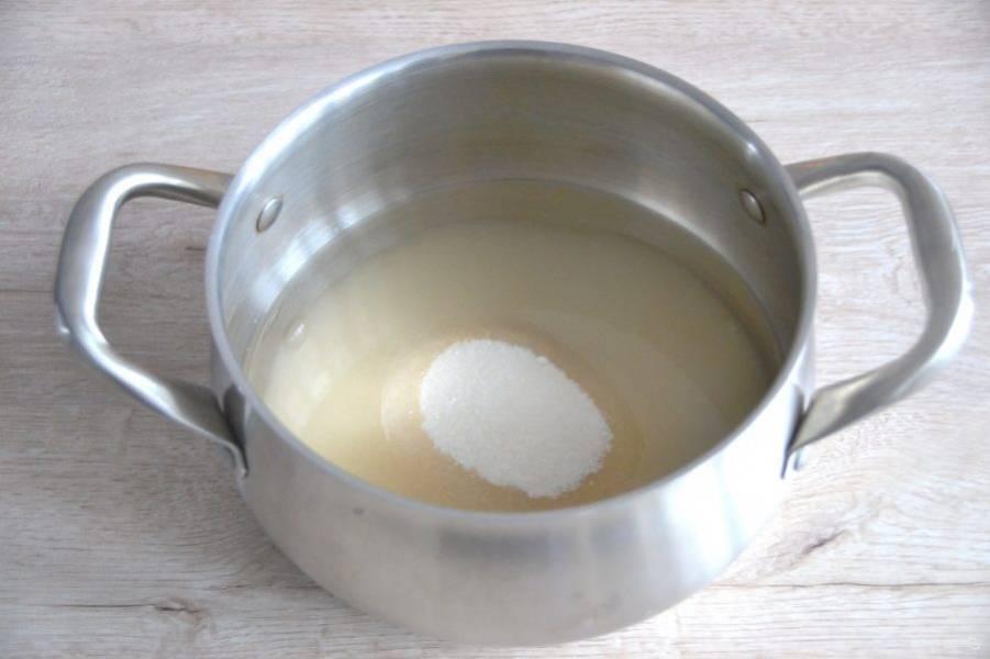 В широкую кастрюлю с толстым дном всыпьте сахар, залейте водой, сварите сироп.
