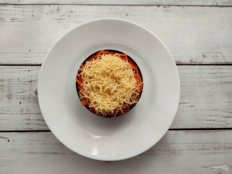 Сыр натрите на мелкой терке и выложите верхний слой.