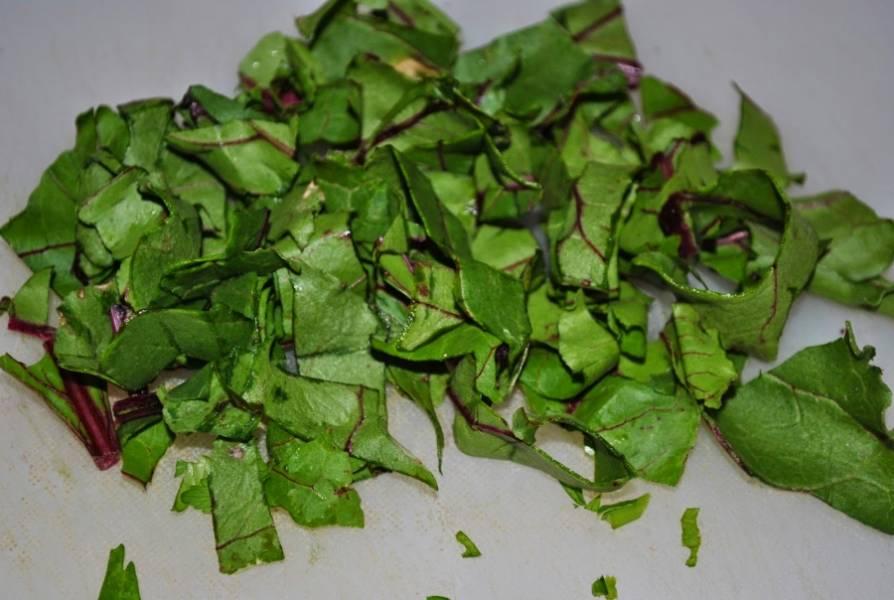 Нарежьте листья свекольной ботвы.