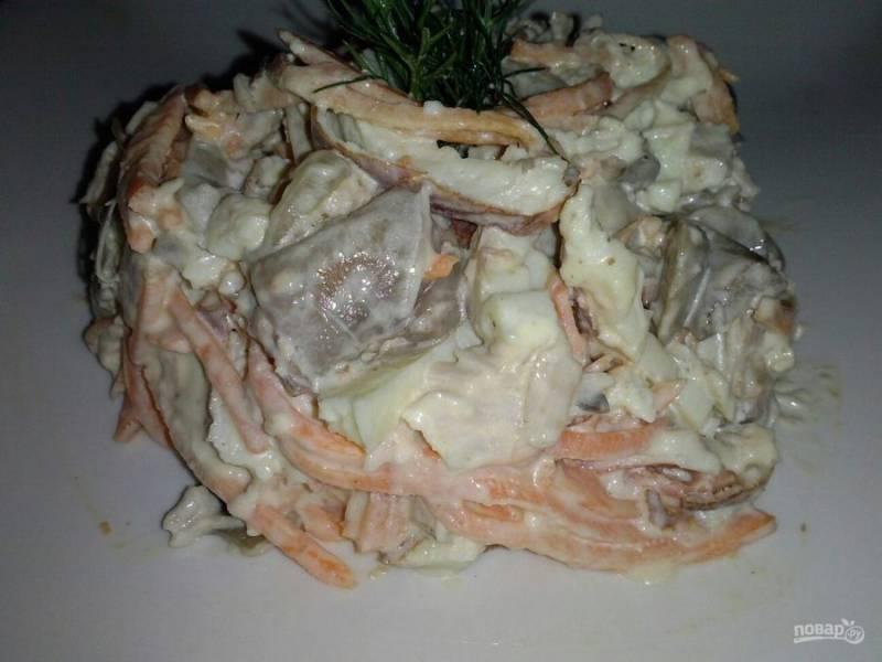 8. Подаем салат, украсив зеленью. Приятного аппетита!