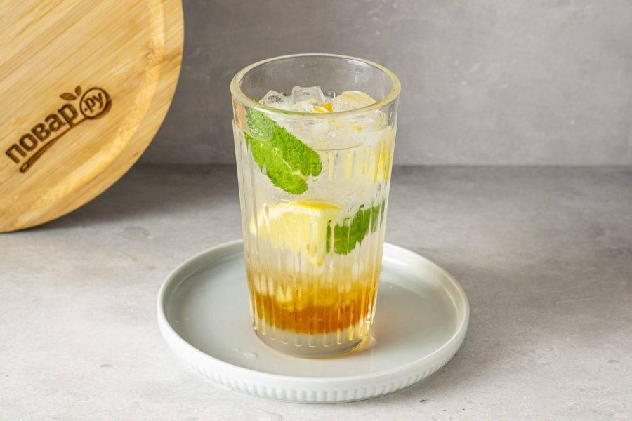 Влейте содовую, наполните стакан льдом.