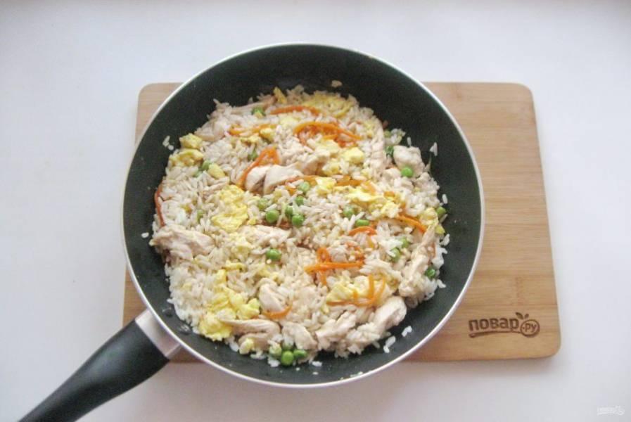 Налейте соевый соус, добавьте измельченный чеснок, перемешайте. Накройте сковороду крышкой и прогрейте блюдо на небольшом огне еще 5-6 минут.