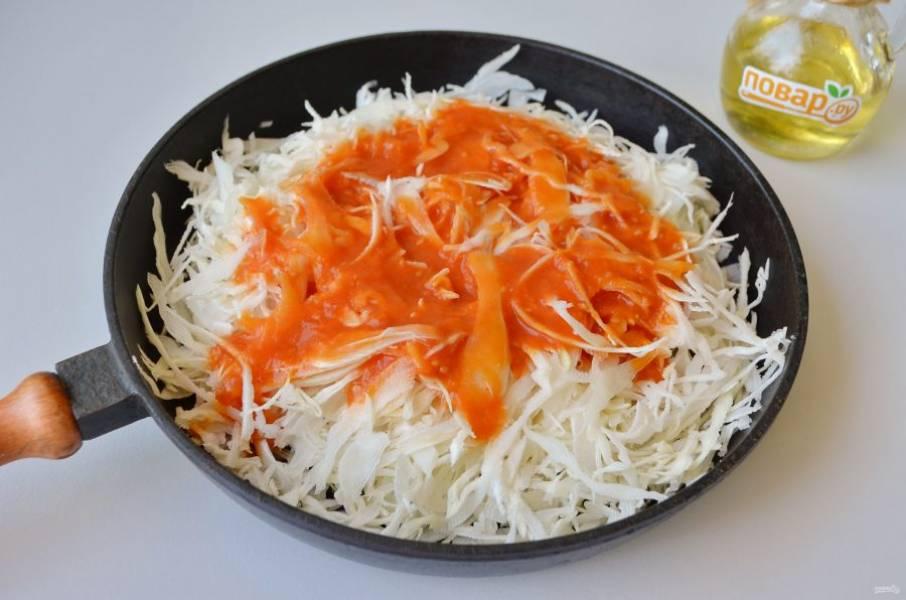 2. Нашинкуйте капусту. На 1 ст. л. масла обжарьте ее с добавлением томатного сока (или бульон с пастой томатной), закройте крышкой, тушите до мягкости.