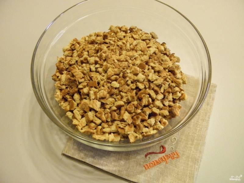 Руками или скалкой поломайте печенье на мелкие кусочки.