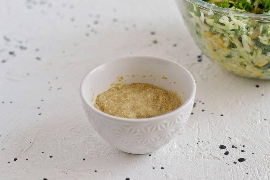 Семена льна измельчите в кофемолке, затем добавьте воду.