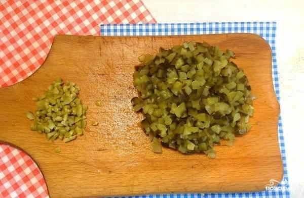 Солёный огурец нужно постараться нарезать довольно мелкими кусочками, чтобы они были практически незаметными в соусе. Маслины также мелко порубите. По усмотрению эти ингредиенты можете натереть на тёрке.