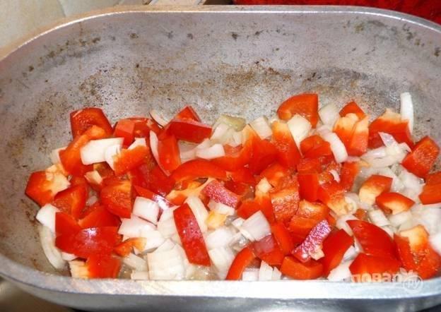 Добавьтете к луку нарезанный болгарский перец.