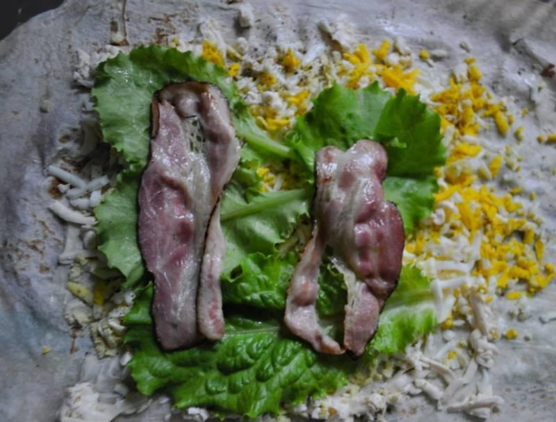 4. Выкладываем на листья салата обжаренный бекон. При желании можно посыпать зеленью.
